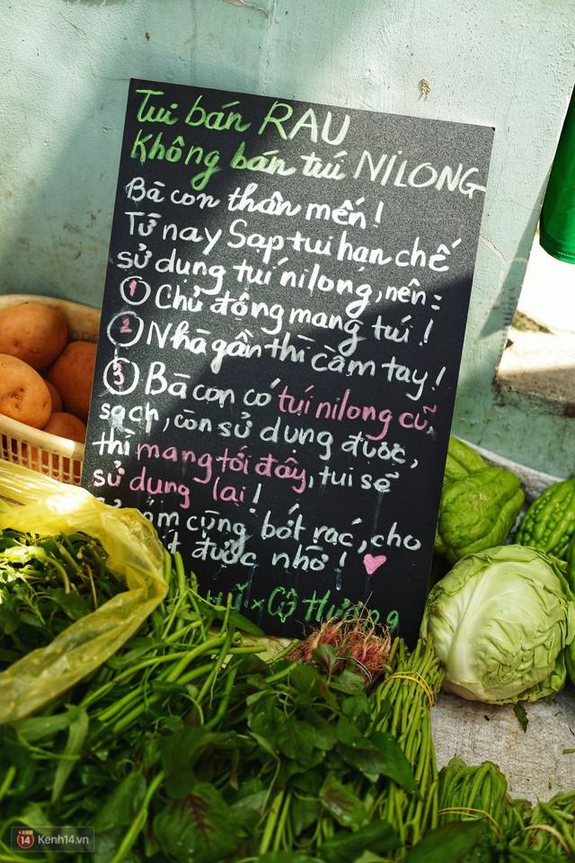 Gặp cô bán rau vui tính ở Sài Gòn với tấm bảng không bán túi nilon: Nhiều khách bảo cô làm trò xàm xí! - Ảnh 1.