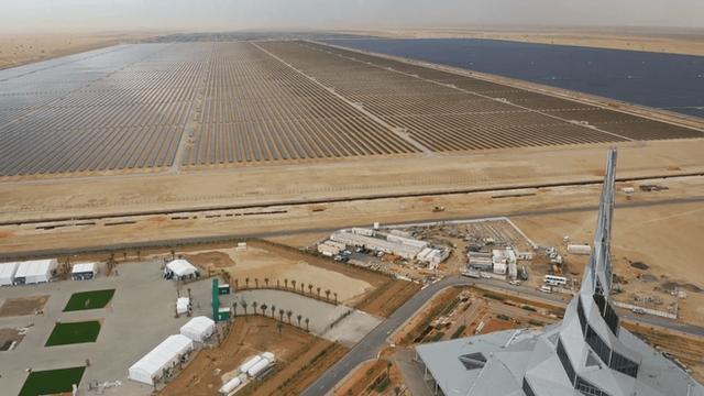Giữa sa mạc Dubai, người ta sắp sửa hoàn thiện công viên năng lượng Mặt Trời khổng lồ có thể xô đổ mọi thứ kỷ lục - Ảnh 1.