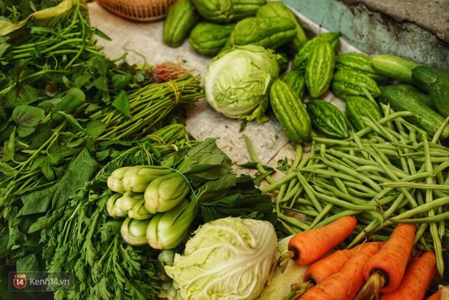 Gặp cô bán rau vui tính ở Sài Gòn với tấm bảng không bán túi nilon: Nhiều khách bảo cô làm trò xàm xí! - Ảnh 7.