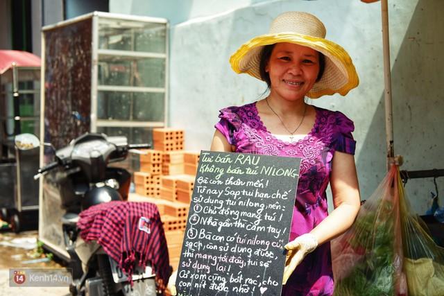 Gặp cô bán rau vui tính ở Sài Gòn với tấm bảng không bán túi nilon: Nhiều khách bảo cô làm trò xàm xí! - Ảnh 9.