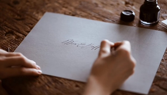 Nam sinh người Nga kiếm 1,7 triệu đồng/chữ ký từ dịch vụ sáng tạo và bán chữ ký - Ảnh 1.