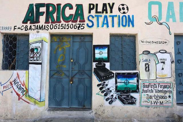 Tỷ lệ mù chữ quá cao, biển quảng cáo ở Somali chủ yếu là hình vẽ không cần đọc nhìn là hiểu - Ảnh 13.