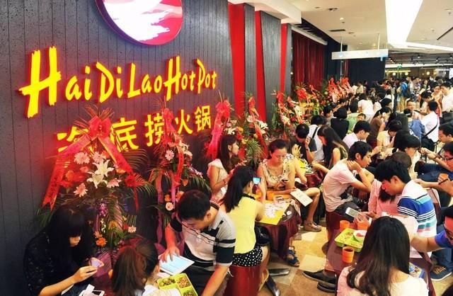 Hai Di Lao - Đế chế lẩu hàng đầu Trung Quốc: Ông chủ không biết nấu lẩu cho 'ra hồn' nhưng khách vẫn nườm nượp, cứ 3 ngày mở 1 nhà hàng, vươn xa tới khắp Mỹ, Úc, Nhật, Hàn... - Ảnh 3.