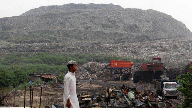 Bãi rác cao như núi, rộng bằng 40 sân bóng khiến giới chức Ấn Độ lo ngại nguy cơ xảy ra tai nạn máy bay - Ảnh 1.