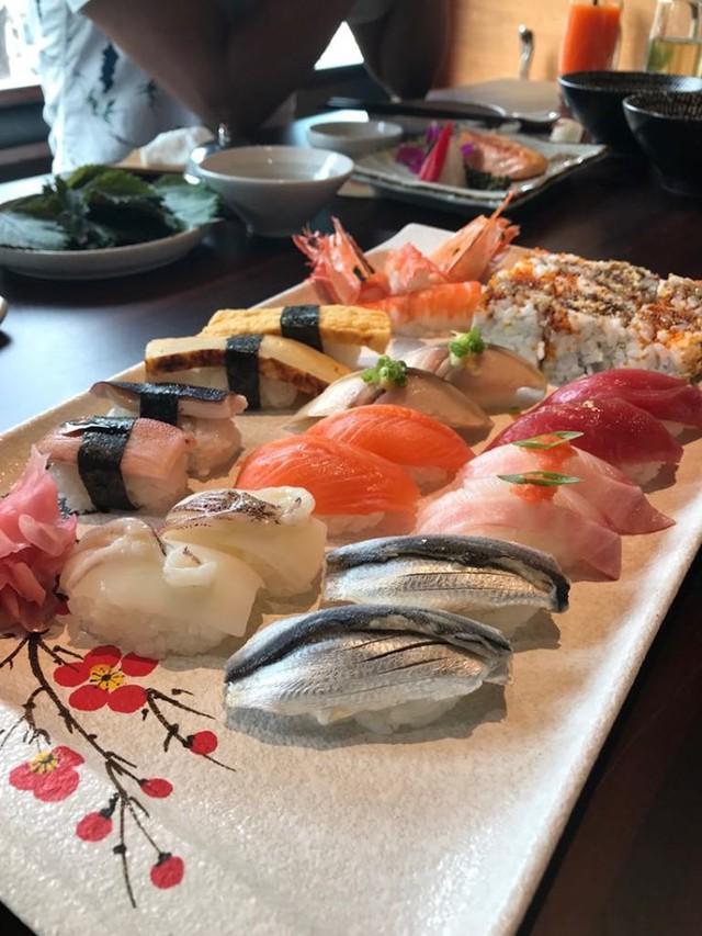Ăn sushi nổi tiếng phố Kim Mã, team công sở giật mình thanh toán 12 triệu, riêng trà đá gần 1 triệu vì mắc bẫy nhà hàng - Ảnh 1.