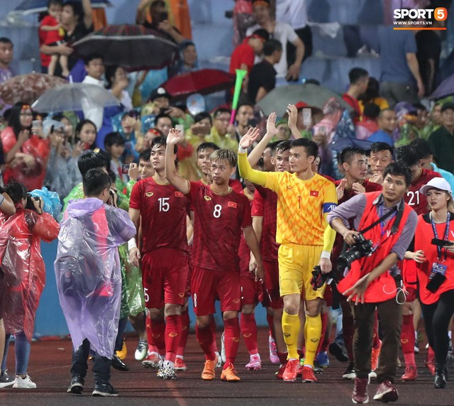 Sân Việt Trì biến thành biển rác sau chiến thắng của U23 Việt Nam - Ảnh 1.