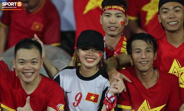 Sân Việt Trì biến thành biển rác sau chiến thắng của U23 Việt Nam - Ảnh 2.