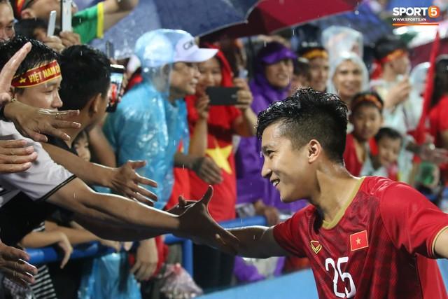 Sân Việt Trì biến thành biển rác sau chiến thắng của U23 Việt Nam - Ảnh 12.