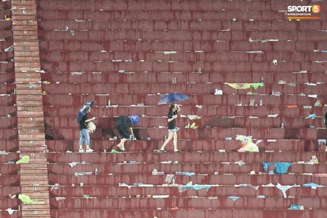 Sân Việt Trì biến thành biển rác sau chiến thắng của U23 Việt Nam - Ảnh 6.