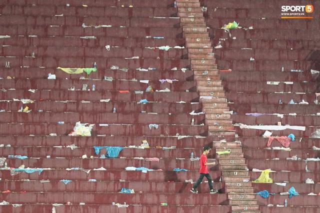 Sân Việt Trì biến thành biển rác sau chiến thắng của U23 Việt Nam - Ảnh 7.