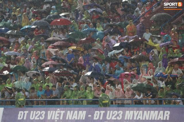 Sân Việt Trì biến thành biển rác sau chiến thắng của U23 Việt Nam - Ảnh 8.