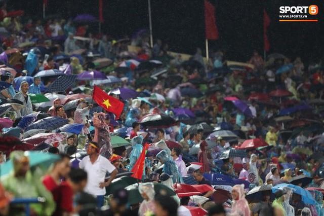 Sân Việt Trì biến thành biển rác sau chiến thắng của U23 Việt Nam - Ảnh 9.