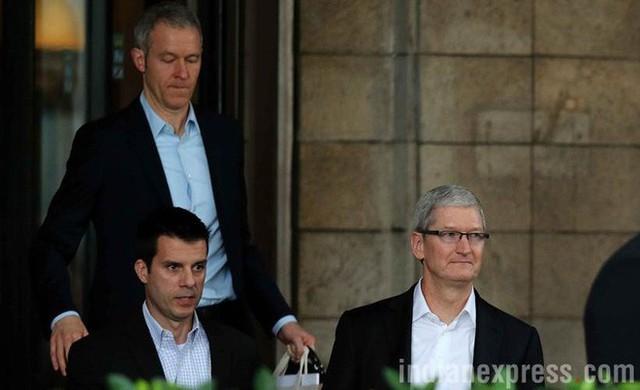 Việc Jony Ive rời đi hé lộ CEO tiếp theo tại Apple là ai - Ảnh 2.