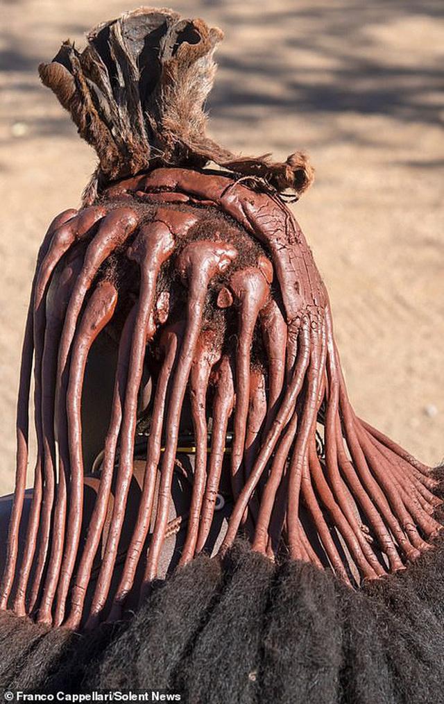 Hình ảnh độc đáo về bộ tộc sống cách biệt với thế giới: Không tắm bằng nước, phụ nữ ở trần, dùng đất sét để làm tóc và trang điểm - Ảnh 1.