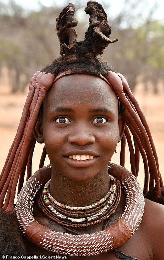 Hình ảnh độc đáo về bộ tộc sống cách biệt với thế giới: Không tắm bằng nước, phụ nữ ở trần, dùng đất sét để làm tóc và trang điểm - Ảnh 2.
