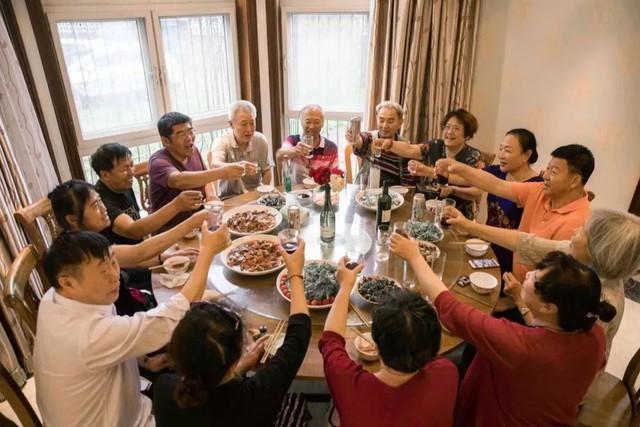 Tình bạn trong mơ: 14 người già cô đơn tự thuê hai căn biệt thự ngoại ô cùng nhau sống trọn vẹn những năm tháng cuối đời - Ảnh 3.