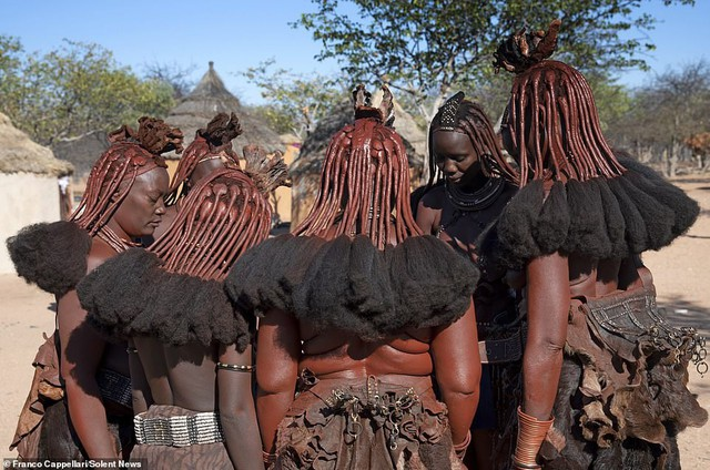 Hình ảnh độc đáo về bộ tộc sống cách biệt với thế giới: Không tắm bằng nước, phụ nữ ở trần, dùng đất sét để làm tóc và trang điểm - Ảnh 4.