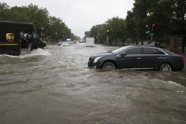 Video: Mưa lớn biến đường phố thủ đô Mỹ thành sông, Nhà Trắng cũng không thoát - Ảnh 7.