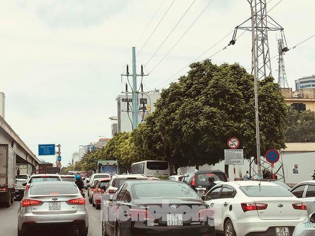 Hà Nội: Tắc đường trên cao, các phương tiện xếp hàng dài - Ảnh 1.