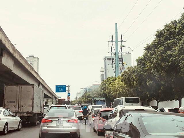 Hà Nội: Tắc đường trên cao, các phương tiện xếp hàng dài - Ảnh 2.