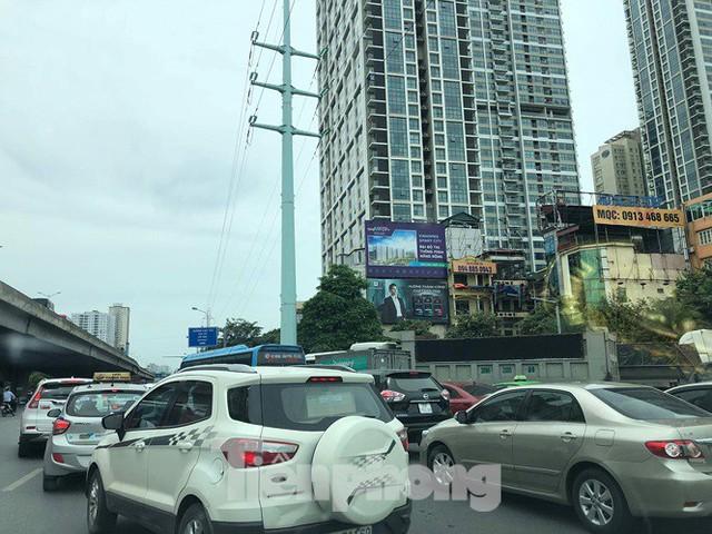 Hà Nội: Tắc đường trên cao, các phương tiện xếp hàng dài - Ảnh 3.