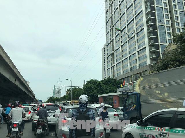 Hà Nội: Tắc đường trên cao, các phương tiện xếp hàng dài - Ảnh 5.