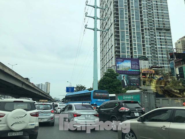 Hà Nội: Tắc đường trên cao, các phương tiện xếp hàng dài - Ảnh 6.