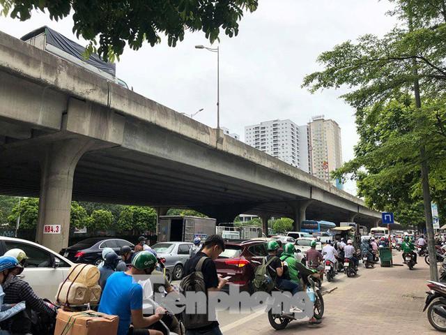 Hà Nội: Tắc đường trên cao, các phương tiện xếp hàng dài - Ảnh 7.
