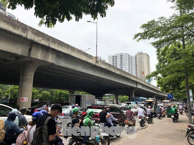 Hà Nội: Tắc đường trên cao, các phương tiện xếp hàng dài - Ảnh 8.