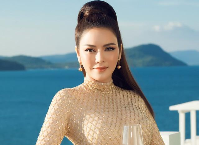 Đến người giàu như Lý Nhã Kỳ cũng chọn về quê trồng rau nuôi gà: Nữ diễn viên vô cùng hồ hởi trong những trang phục quê mùa, dép tổ ong - Ảnh 9.
