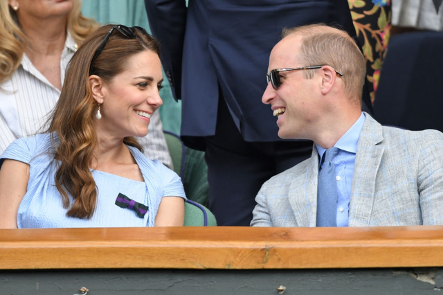 Chung kết Wimbledon: Công nương Kate hết ôm mặt lại chu môi ngạc nhiên tột độ khi chứng kiến trận siêu kinh điển quần vợt, Doctor Strange và Loki ăn mặc lịch lãm như đi thử vai Mật vụ Kingsman - Ảnh 2.