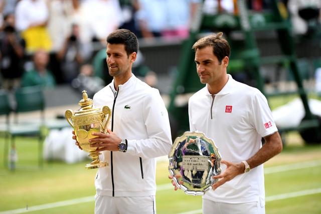 Nhói lòng khoảnh khắc huyền thoại Roger Federer lặng người bất động sau trận chung kết Wimbledon lịch sử và hấp dẫn không thể tin nổi - Ảnh 3.