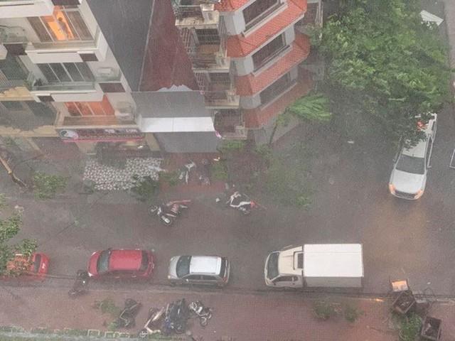 Trời Hà Nội đổ cơn giông cuối chiều, cây xanh bật gốc, xe máy đổ la liệt - Ảnh 3.