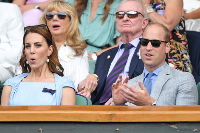 Chung kết Wimbledon: Công nương Kate hết ôm mặt lại chu môi ngạc nhiên tột độ khi chứng kiến trận siêu kinh điển quần vợt, Doctor Strange và Loki ăn mặc lịch lãm như đi thử vai Mật vụ Kingsman - Ảnh 4.