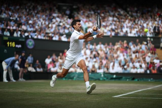 Nhói lòng khoảnh khắc huyền thoại Roger Federer lặng người bất động sau trận chung kết Wimbledon lịch sử và hấp dẫn không thể tin nổi - Ảnh 10.