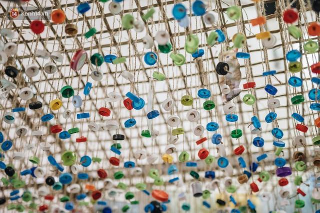 500kg rác thải treo lơ lửng trên đầu: Triển lãm ấn tượng ở Hà Nội khiến người xem ngộp thở - Ảnh 19.