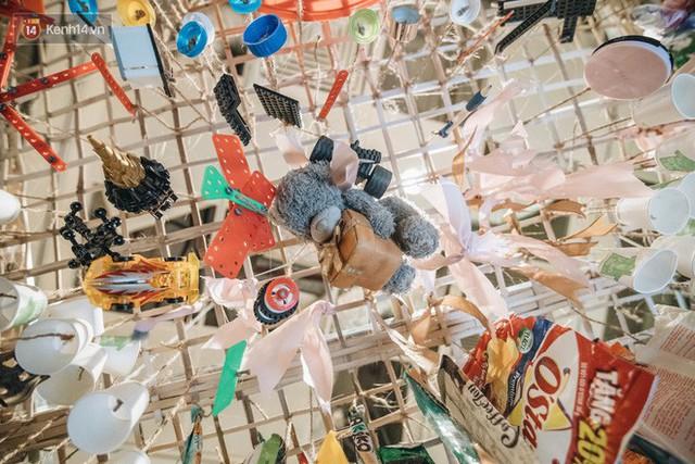 500kg rác thải treo lơ lửng trên đầu: Triển lãm ấn tượng ở Hà Nội khiến người xem ngộp thở - Ảnh 22.