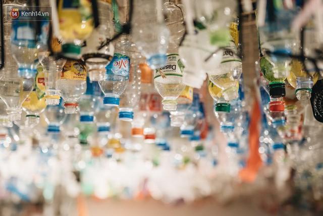 500kg rác thải treo lơ lửng trên đầu: Triển lãm ấn tượng ở Hà Nội khiến người xem ngộp thở - Ảnh 23.