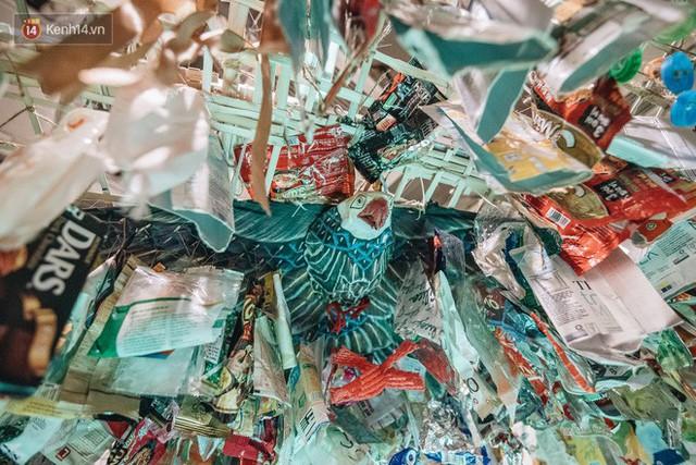 500kg rác thải treo lơ lửng trên đầu: Triển lãm ấn tượng ở Hà Nội khiến người xem ngộp thở - Ảnh 24.