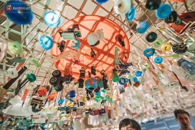 500kg rác thải treo lơ lửng trên đầu: Triển lãm ấn tượng ở Hà Nội khiến người xem ngộp thở - Ảnh 25.