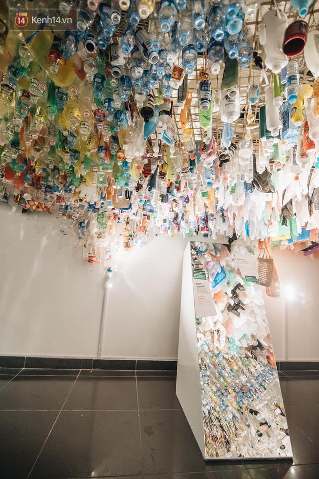500kg rác thải treo lơ lửng trên đầu: Triển lãm ấn tượng ở Hà Nội khiến người xem ngộp thở - Ảnh 26.