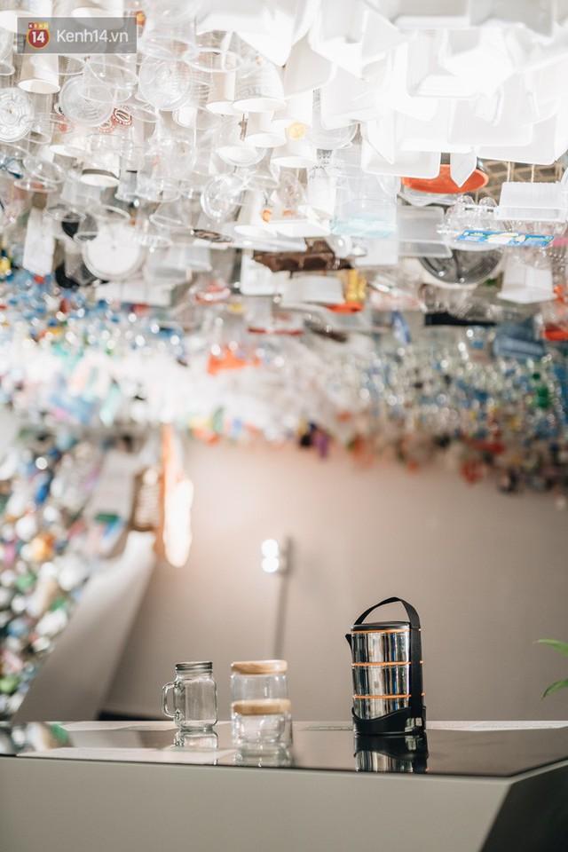 500kg rác thải treo lơ lửng trên đầu: Triển lãm ấn tượng ở Hà Nội khiến người xem ngộp thở - Ảnh 30.