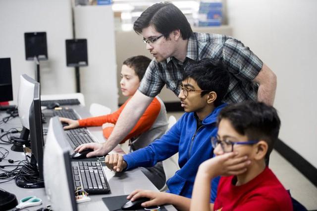 Ở Ấn Độ, đang có một thế hệ trẻ em học viết code trước khi biết nói chuyện với mọi người - Ảnh 2.