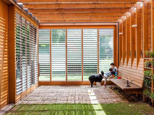 Ngôi nhà mơ ước với những cánh cửa lùa ôm trọn khu vườn đứng xanh tươi bên ngoài - Ảnh 2.
