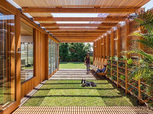 Ngôi nhà mơ ước với những cánh cửa lùa ôm trọn khu vườn đứng xanh tươi bên ngoài - Ảnh 3.