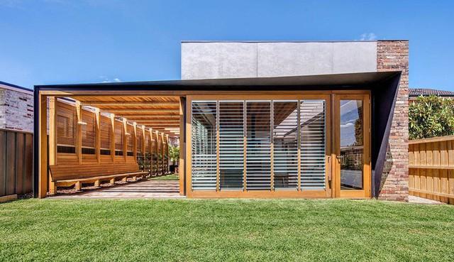 Ngôi nhà mơ ước với những cánh cửa lùa ôm trọn khu vườn đứng xanh tươi bên ngoài - Ảnh 4.