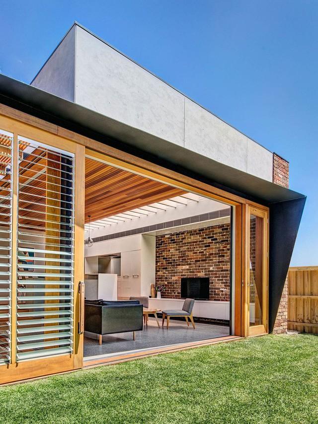 Ngôi nhà mơ ước với những cánh cửa lùa ôm trọn khu vườn đứng xanh tươi bên ngoài - Ảnh 7.