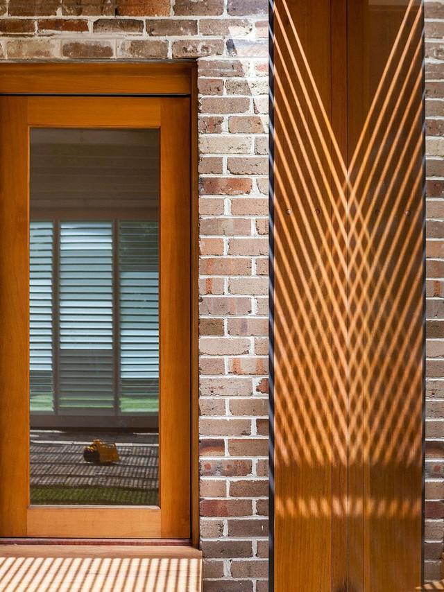 Ngôi nhà mơ ước với những cánh cửa lùa ôm trọn khu vườn đứng xanh tươi bên ngoài - Ảnh 8.