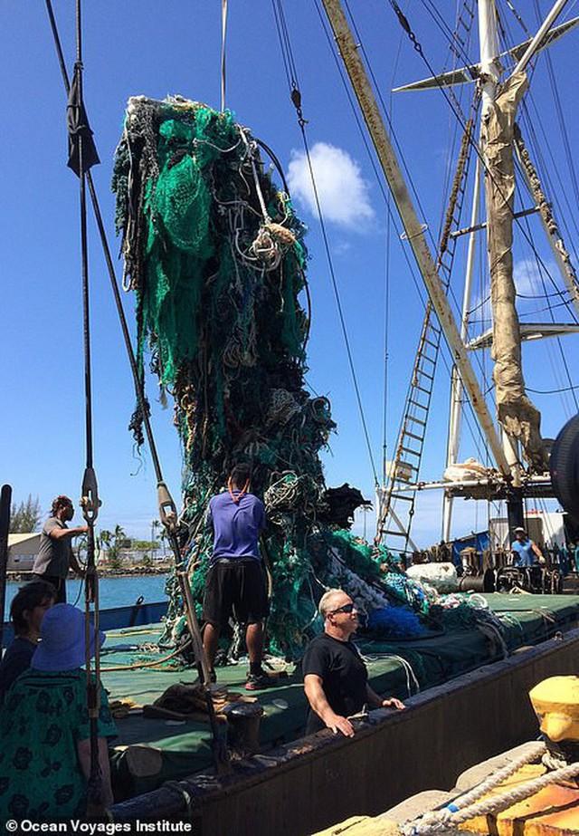 Trục vớt được hàng tấn loại rác kinh khủng hơn cả túi nhựa và ống hút, gây ám ảnh đại dương trong suốt thời gian dài - Ảnh 1.