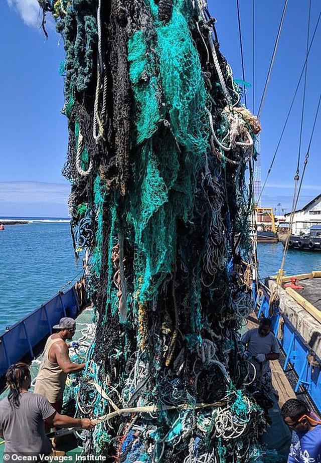 Trục vớt được hàng tấn loại rác kinh khủng hơn cả túi nhựa và ống hút, gây ám ảnh đại dương trong suốt thời gian dài - Ảnh 2.